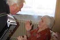 Jubilantce Marii Matuszynské přišel na oslavu jejích 100. narozenin zahrát na akordeon i soused.