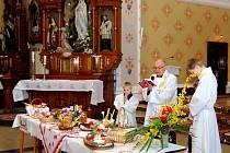 Lidé ze Stonavy si nechávají v kostele posvětit velikonoční jídlo