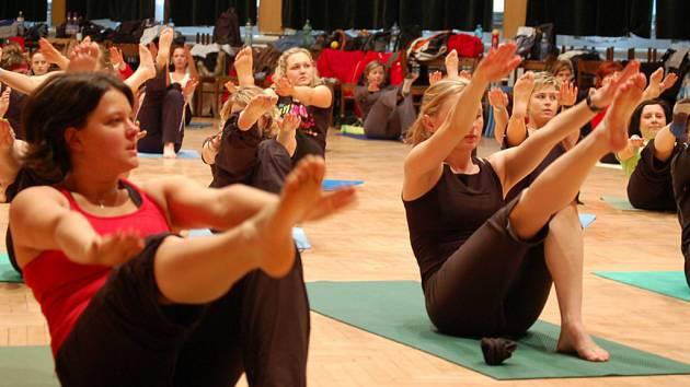 Cvičení s mistrem světa v aerobiku Davidem Hufem přilákalo do Bohumína mnoho nadšených cvičenek, z většiny ženského pohlaví.