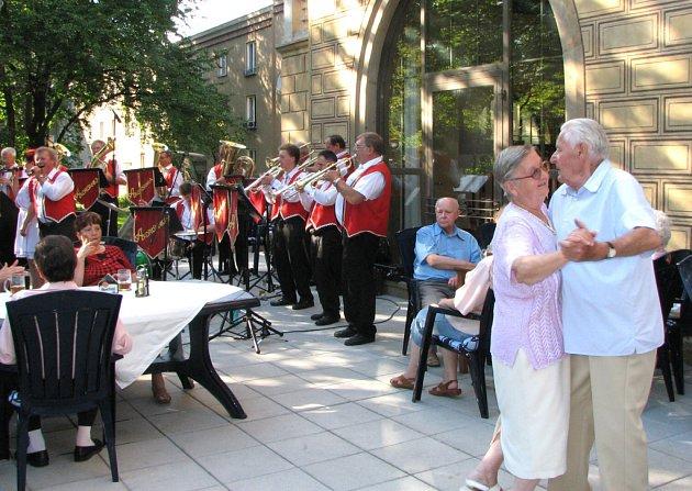 Akorďanka přiměla některé posluchače k tanci.