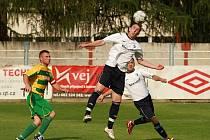Dětmarovice (v bílém) remizovaly doma s Petřkovicemi 1:1.