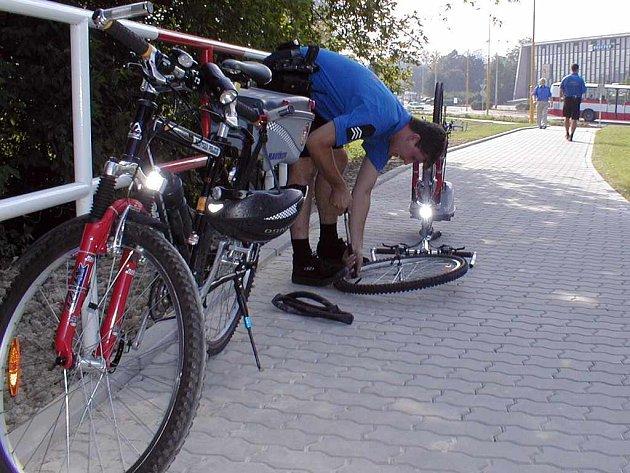 Strážníci z cyklohlídky si musejí umět poradit i při píchnutí kola.