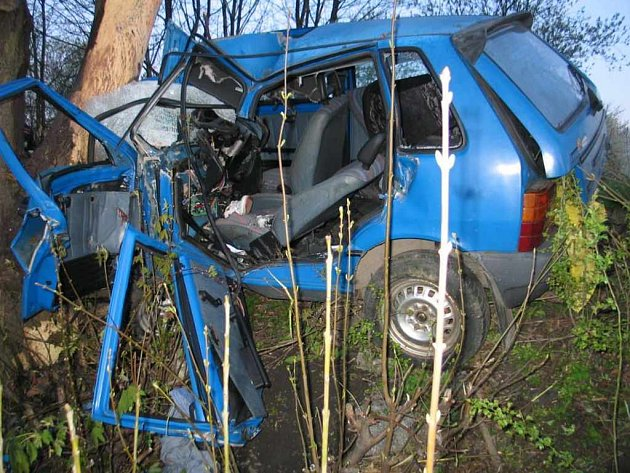 Ukradený vůz, v němž se zabil patrně jeho zloděj, už asi jeho majitel používat nebude.