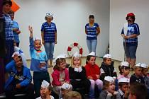 Na Základní škole Školská v Karviné zahájili rok netradičně. Prvňáci byli symbolicky pasováni na námořníky.