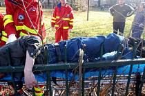 Zraněný muž s nohou napíchnutou na plot