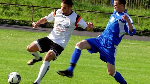 Fotbalisté Orlové (v modrém) dokázali v Novém Jičíně bodovat.