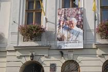 Na budově tatolické farnosti v Karviné visí velký plakát s podobiznou papeže Benedikta XIV. jako pozvání na jeho víkendovou návštěvu