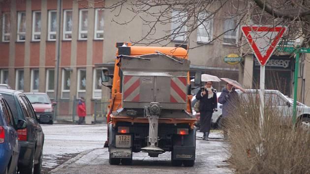 O bezpečnost se starají posypové vozy.  Kluzké chodníky jsou při chůzi nepříjemné a mnohdy kvůli nim lidé končí na zemi.