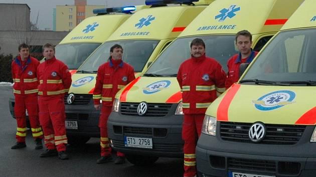 Nové sanitky převzali v Ostravě zástupci jednotlivých středisek záchranné služby.