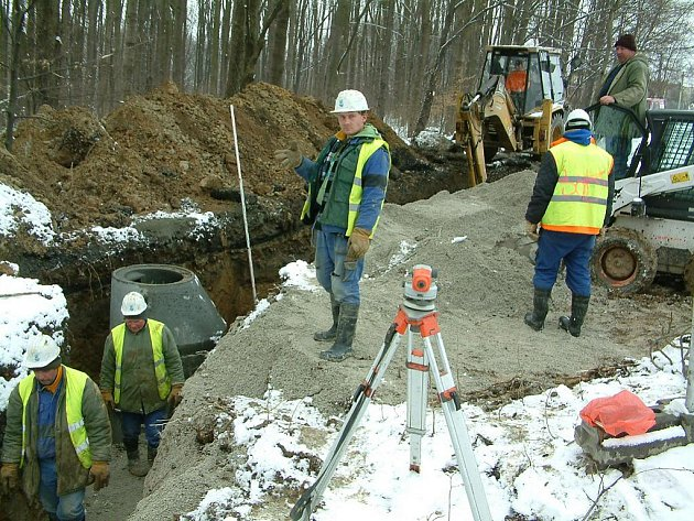 Budování kanalizace poblíž Těrlické přehrady