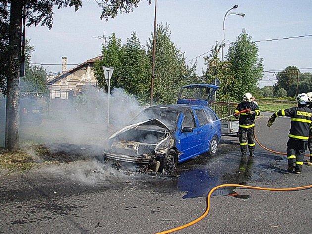 Hašení hořící fabie v Chotěbuzi