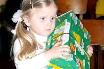Ukrajinská holčička s dárkem