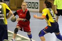Darina Kroulíková (v červeném) teď bude družstvu Karviné nějakou dobu chybět.