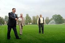 Slavnostním výkopem odstartovala činnost modernizovaného fotbalového hřiště ve Stonavě.