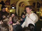 Děti si mohly vyzkoušet šermování replikami slovanských mečů.