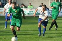 V celém zápase byli albrechtičtí fotbalisté (bílé dresy) krok za hráči lídra tabulky.