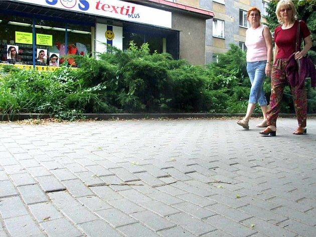 Nekvalitně odvedený podklad se začíná projevovat na povrchu chodníků.