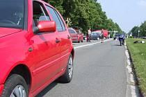 Snímek zachycuje pozici osobního automobilu a motocyklu krátce po druhé nehodě.