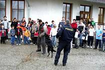 Policisté se služebními psy sklidili několikrát potlesk od nadšených dětí.