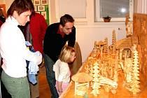 Na výstavě se velkému zájmu těší také dřevěný vyřezávaný betlém.