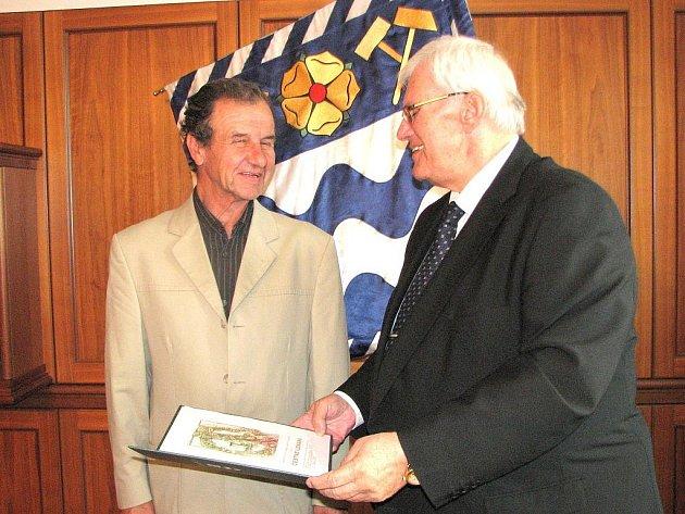 Chirurg Stanislav Zobač (vlevo) u primátora Havířova Františka Chobota