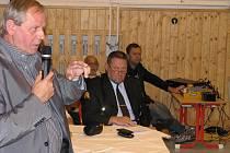 Beseda o bezpečnosti v Prostřední Suché. Na snímku hovoří primátor Zdeněk Osmanczyk. V pozadí sedí ředitel MP Havířov Bohuslav Muras.