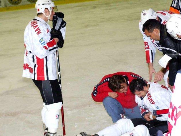 Po jednom ze zákroků zůstal David Mikšan otřesen na ledě.