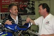 Petr Hrabčák (vpravo) a Martin Mojžiszek ve stánku Prosport-cz na výstavě v Ostravě.
