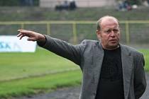 Trenér Leoš Kalvoda ukazuje směr západ. Přesně tam si jedou karvinští fotblisté pro body.
