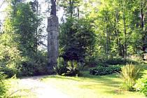 Současnost. Pietní místo s pomníkem letce, na podstavci z pískovcových bloků.