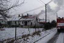 Šest jednotek hasičů bojovalo v sobotu kolem poledne v Horní Suché s požárem střechy a podkroví finského domku.