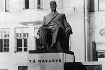 Většinu soch prvního československého prezidenta potkal podobný osud: byly zničeny, roztaveny, nenávratně ztraceny. Podobně na tom také byla karvinská socha prezidenta, jejíž replika byla léta uchovávaná na dvoře Muzea Těšínska v Českém Těšíně.