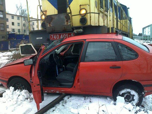 Nehoda osobního automobilu s nákladním vlakem