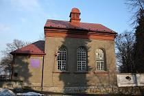U českotěšínského hřbitova našli útočiště místní evangelíci. Slouží jim malý kostelí, který původně býval židovskou modlitebnou.