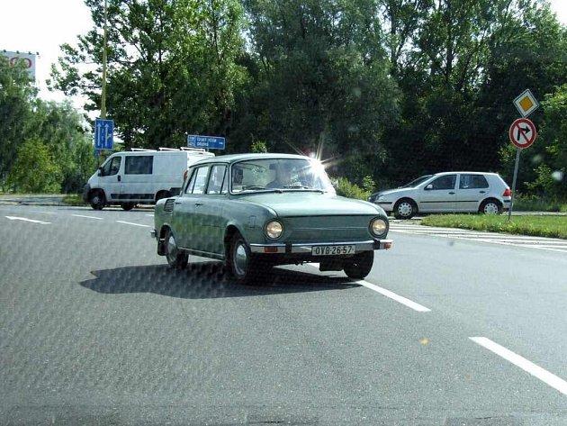 Zmatený postarší řidič škodovky vjel na kruhovém objezdu do protisměru.