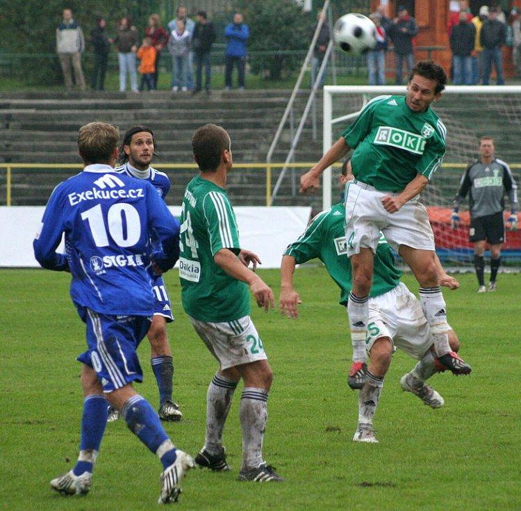Karvinští fotbalisté (v zeleném) prohráli v pohárovém utkání s ligovou Olomoucí 0:2.