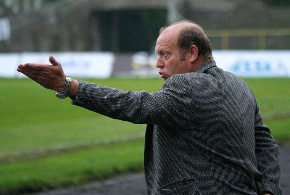 Trenér Kalvoda gestikuluje směrem k hráčům