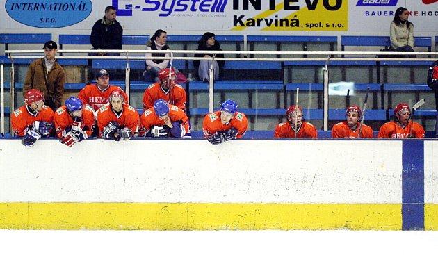 Hokejisté Karviné si porážkou v Horním Benešově zkomplikovali situaci.
