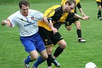 Fotbalisté Albrechtic (bílé dresy) začínají sezonu s Frýdlantem.