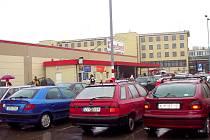 Před polskými hypermarkety jsou velmi často vidět automobily s českými či slovenskými poznávacími značkami.