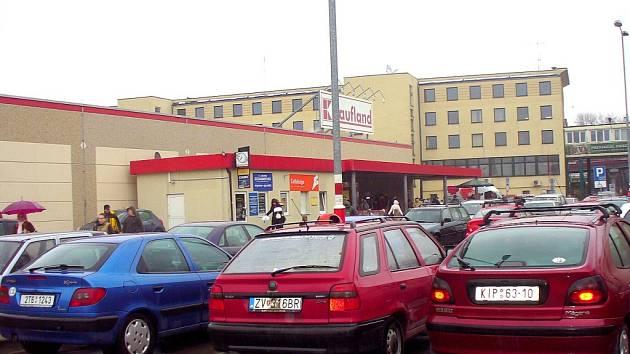 5c9cff83c Před polskými hypermarkety jsou velmi často vidět automobily s českými či  slovenskými poznávacími značkami. ...
