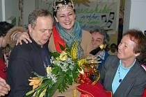 Držitelku Zlatého Ámose čekalo ve škole bouřlivé přivítání od žáků i kolegů učitelů.
