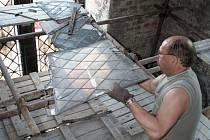 Restaurátoři demontují vitráže z oken věže novobohumínského kostela Božského srdce Páně.
