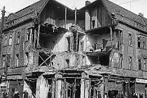 Budova u vlakového nádraží po pumovém zásahu.
