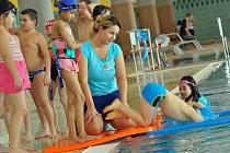 Děti cizinců se učí plavat v aguacentru v Bohumíně.