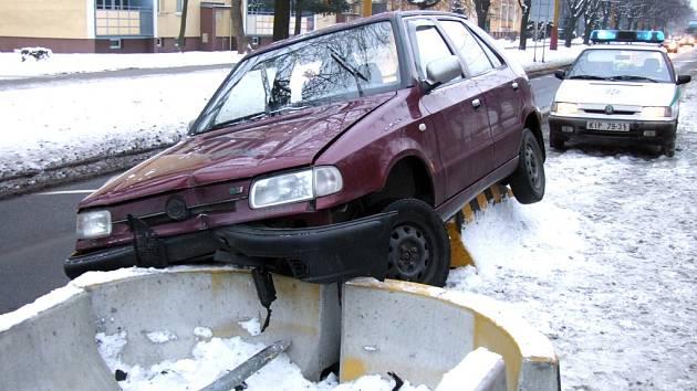Auto skončilo na betonovém ostrůvku.