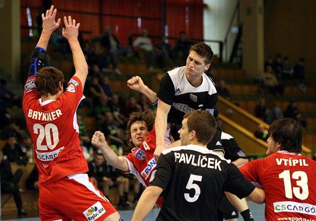 Bez svého elitního střelce Vojtěcha Petrovského (ve výskoku nejvýše) se budou muset obejít házenkáři karvinského Baníku v závěrečném turnaji Českého poháru.