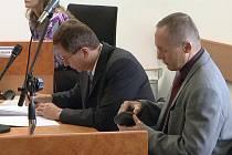 Obviněný učitel Jan Rychlý (vpravo) u havířovského soudu