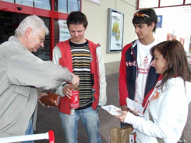 Studenti Střední školy v Havířově-Prostřední Suché se aktivně zapojili do sbírky pro hluchoslepé občany.