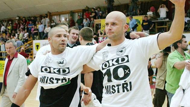 Házenkáři Karviné Tomáš Heinz a Július Korňan (zleva) se radují z dalšího, již 10. titulu mistrů republiky.